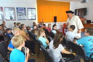 Jano Cíger na besede s deťmi v Dolnom Kubíne.