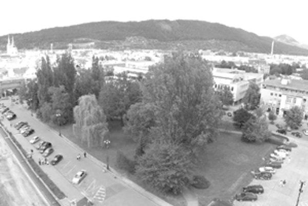 Investor zatiaľ stihol zlikvidovať park, ktorý bol na námestí. Na snímke hore je pôvodný park.