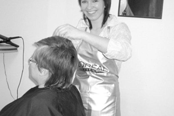 Úspešná kaderníčka Hedviga Miščiová pri práci a jej víťazný pohár z roku 2005 za 1. miesto na Medzinárodnom veľtrhu krásy a kozmetiky v Trenčíne.