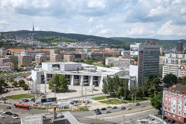 kongresovo-kultúrne centrum Dom odborov Istropolis (uprostred) na Trnavskom mýte v bratislavskej mestskej časti Nové Mesto, pri križovatke ulíc Šancová, Vajnorská, Trnavská cesta a Krížna. Bratislava