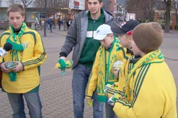 Brankárska jednotka MŠK Žilina Dušan Kuciak pozýval spolu s futbalovými žiakmi v piatok na futbal priamo v uliciach Žiliny.