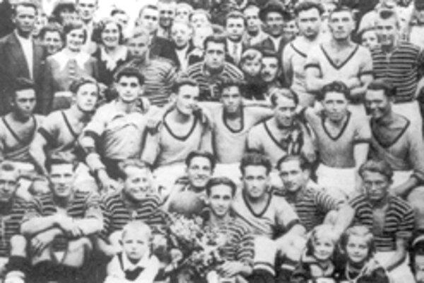 Futbalové mužstvá Slovan Žilina a Rapid Žilina (pruhovaní) po spoločnom zápase v kruhu svojich priaznivcov v časoch prvej Československej republiky.