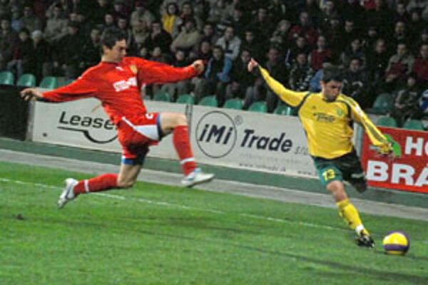 Stredopoliar Martin Minarčík centruje z ľavej strany na druhý žilinský gól, ktorý strelil Andrej Porázik a poistil tak výsledok sobotného stretnutia Žiliny s Košicami.