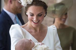 Vojvodkyňa Kate s princom Louisom počas jeho krstín.