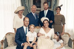 Rodinná fotografia členov britskej kráľovskej rodiny po Louisových krstinách.
