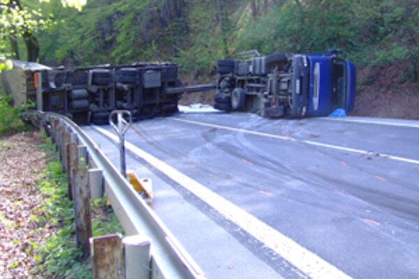 Zatiaľ z nezistených príčin sa v pondelok na ceste pod Strečnom prevrátil kamión plne naložený sadrou. Na niekoľko hodín zablokoval frekventovanú cestu. Vodič nehodu neprežil.