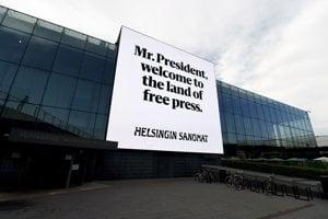 Pán prezident, vitajte v krajine slobodnej tlače, hlása bilboard v Helsinkách.