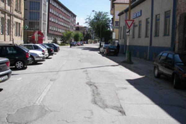 Framborská ulica v Žiline je v súčasnosti v katastrofálnom stave. Hovorca mesta Martin Barčík sa vyjadril, že ju v dohľadnom čase opravia.