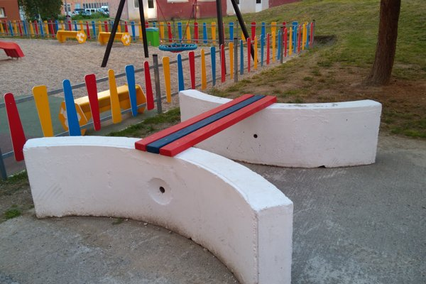 Pri detskom ihrisku pribudli netradičné lavičky.