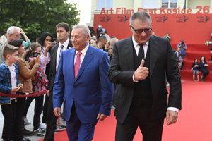 Ján Kováčik (vpravo) prichádza s bývalým prezidentom Rudolfom Schusterom na otvorenie festivalu v Košiciach.