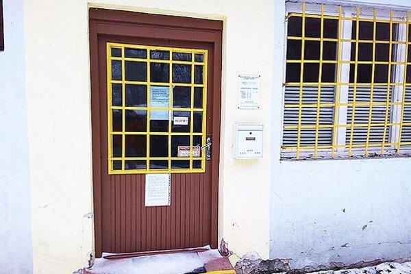Na dverách zatvorenej ambulancie je oznam, kde pacienti nájdu pomoc.