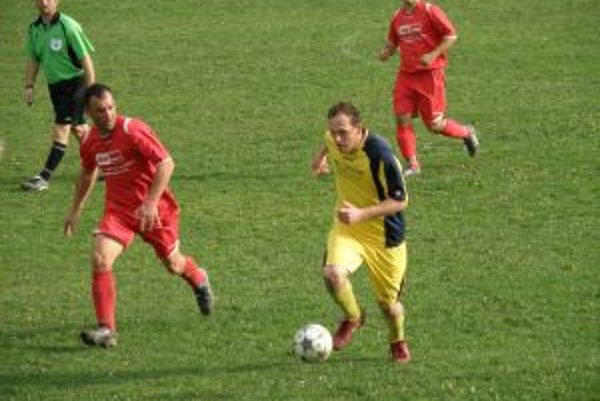 Hráči Tuchyne (v žltom) sa v M. Ledniciach strelecky nepresadili.