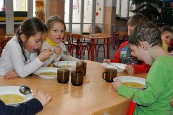 Zlúčením materskej a základnej školy sa dá ušetriť na prevádzkových nákladoch, napríklad na spoločnej kuchyni.