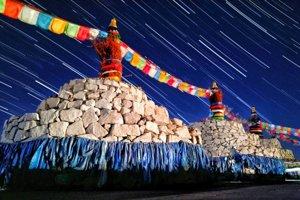 Hviezdy nad posvätnými mongolskými oltármi Ovoo.