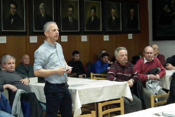 Šéf urbáru Milan Uhliarik na rokovaní mestského zastupiteľstva  obhajuje záujmy vlastníkov pozemkov v katastri Námestovské Pilsko.