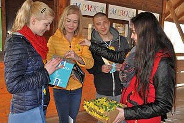 Dobrovoľníci pomáhajú získať prostriedky pre onkologických pacientov.
