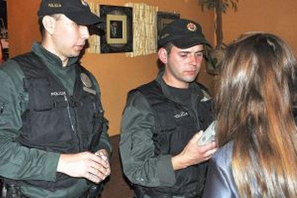 Polícia bude v kontrolách mladistvých pokračovať.
