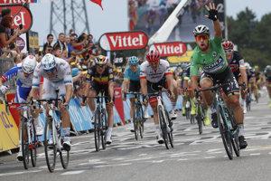 Peter Sagan (vpravo) oslavuje triumf v 13. etape na Tour de France 2018.