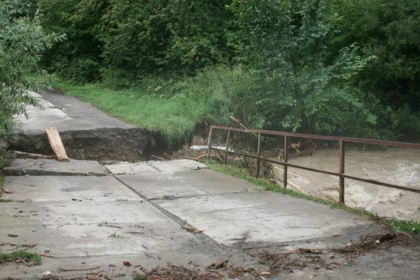 Časť mosta do obce Mlynica vzala voda.