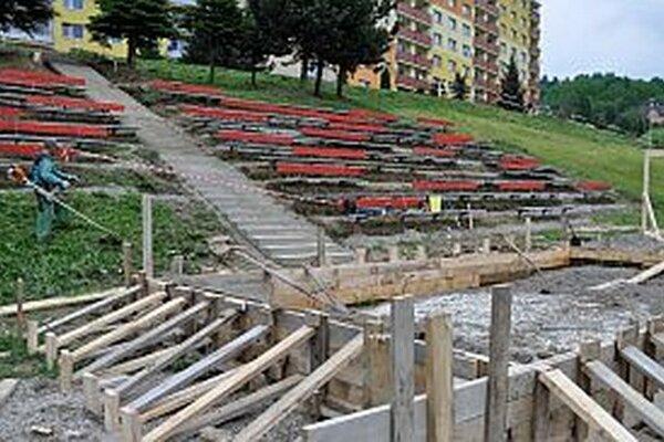 Práce na dokončení amfiteátra finišujú. Čakáme na betón na pódium.