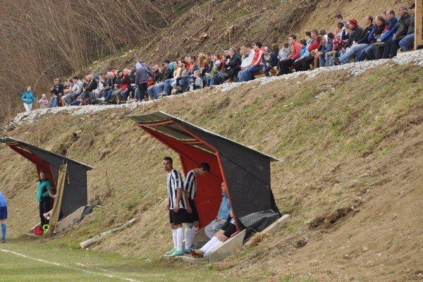Fanúšikovia v Chlebniciach si svojpomocne urobili miesta na sedenie.