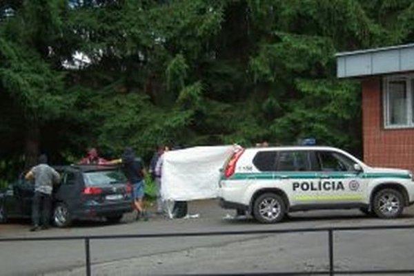 Parkovisko za budovou bývalého Národného frontu je plné policajných áut.