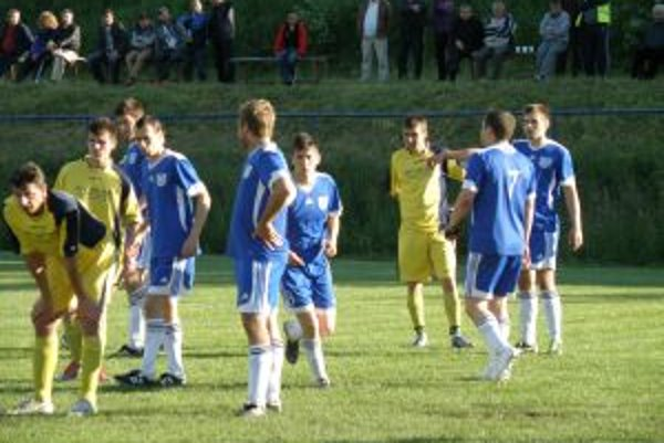 V stretnutí Tuchyne (v žltom) s D. Kočkovxami videli diváci dobrý futbal a sedem gólov.