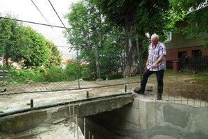 Nový oporný múr. Starosta Peter Kružel si čoskoro môže začiarknuť prvú ztohtoročných investícií.