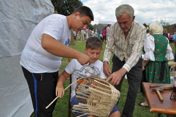 Deti sa učili pliesť košíky z liesky.