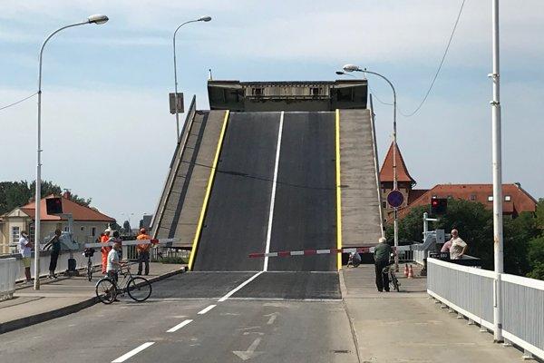 Komárňanský sklápací most je jediný svojho druhu na Slovensku.