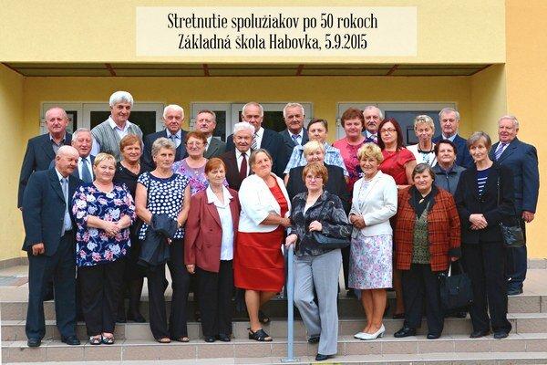 Stretnutie spolužiakov po 50 rokoch pred školou v Habovke.