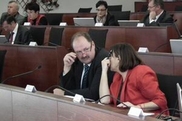 Poslanci na návrh rozpočtu čakali márne, úrad im ho nepredložil.