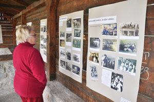 Darina Vicáňová pozná viacerých ľudí na fotografiách.