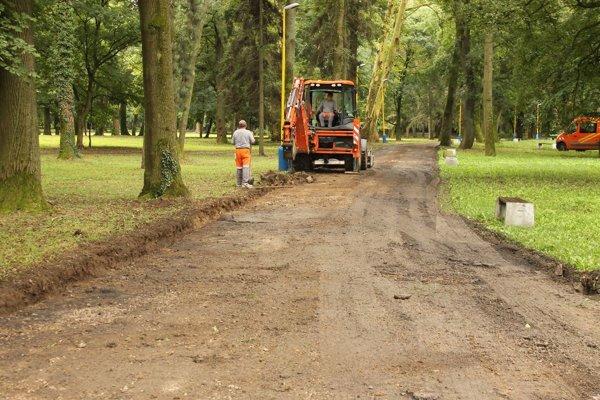 Oprav chodníkov v parku.