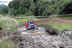 Organizátori chceli trať polievať, napokon im pomohlo počasie. Traktoristov čakal aj takýto vodný kúpeľ.