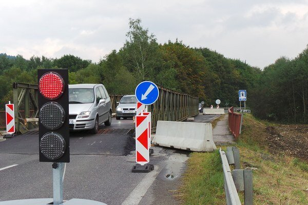 Vpravo postavia cestári náhradné premostenie, potom most opravia.