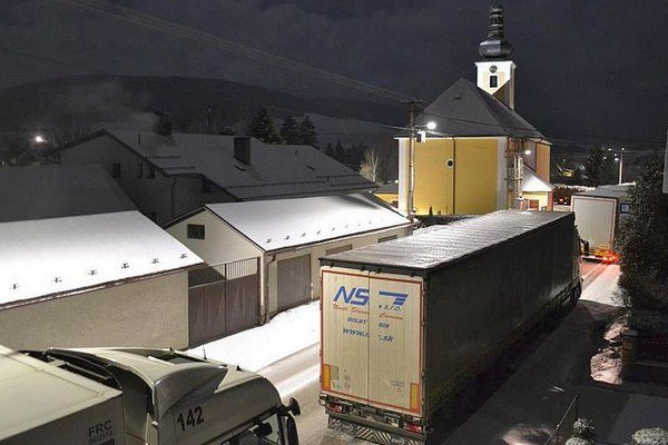 Pohľad na centrum Hruštína zablokovaný kamiónmi.