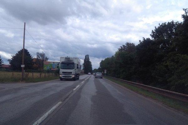 Cesta 1. triedy medzi Trnavou a Bučanmi.