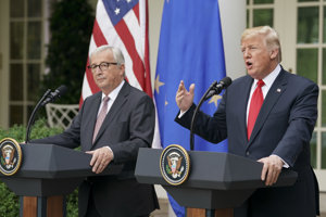 Donald Trump (vpravo) po stretnutí s Jeanom-Claudom Junckerom.