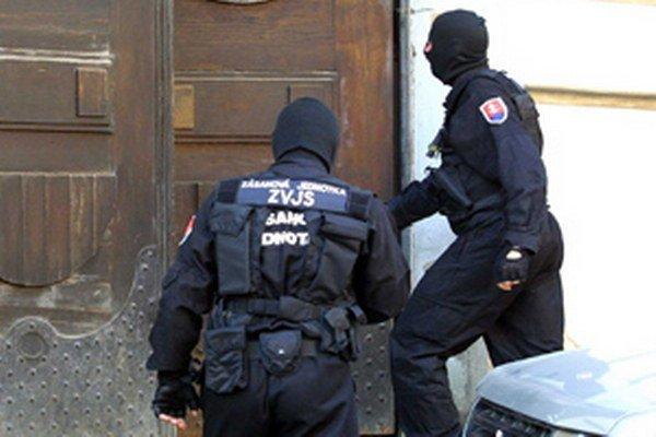 Väzenská stráž pred súdnou sieňou