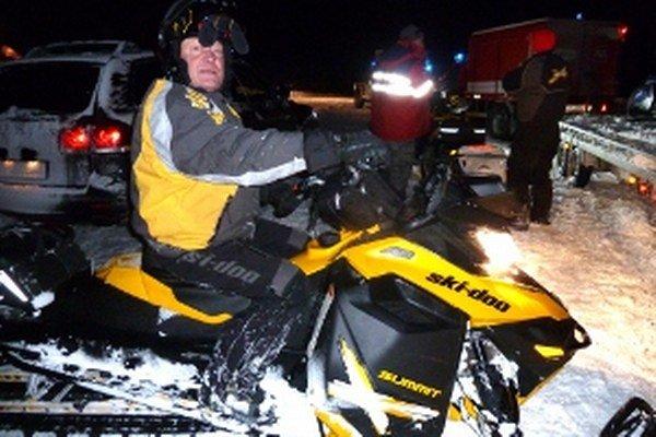 Dobrovoľníci z Orava rescue system prišli na snežnych skútroch.