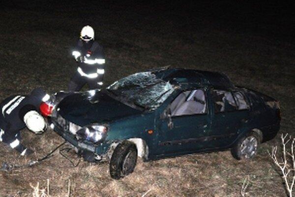 Pod prevráteným autom vyhasol život mladého muža.