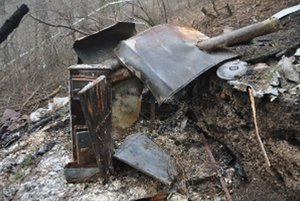 Z drevenej búdy ostala len pec a pokrútené plechy.
