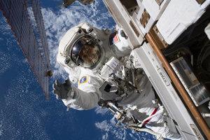 Astronaut Ricky Arnold počas svojej každodennej práce.
