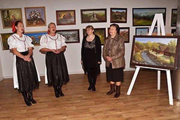 Otvorenie výstavy Pod Roháčom žijem. Autorka Anna Vojtaššáková (prvá sprava).