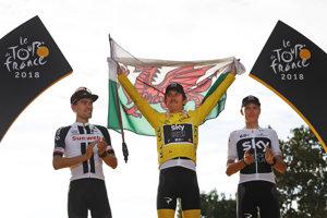 Pódium troch najlepších na Tour de France 2018 - tretí Chris Froome (vpravo), druhý Tom Dumoulin (vľavo) a víťaz Geraint Thomas.