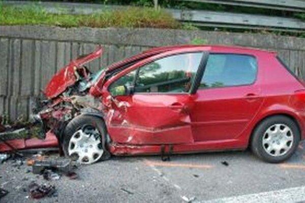 Vodič Peugeotu vyviazol s ľahkými zraneniami.