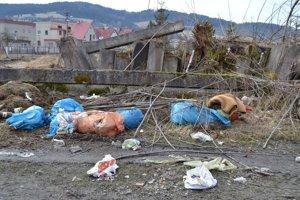 V Turzovke prebytočné veci vozia obyvatelia na nelegálnu skládku v mestskej časti Turzovka - Závodie.