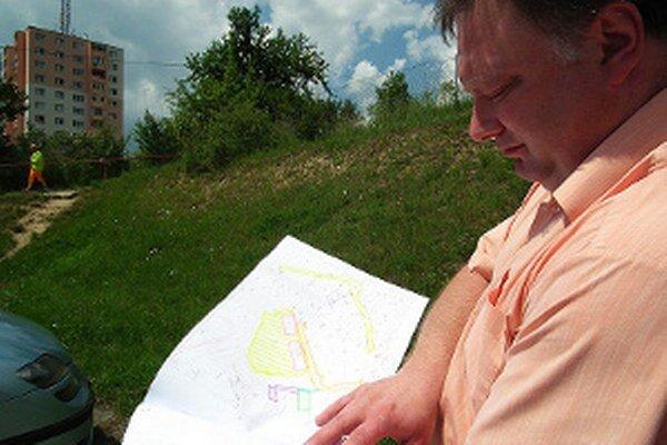 Kraj si myslí, že možnosti využitia svahovitého pozemku nad parkoviskom sú obmedzené.