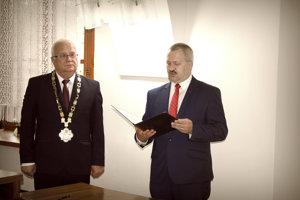 Nový poslanec Ján Maník (vpravo) pri skladaní poslaneckého sľubu. Vedľa neho primátor Bardejova Boris Hanuščak (Smer-SD).